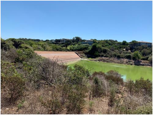 Vue de la réserve et du barrage depuis la rive gauche en amont